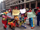 Palhaços protestam em Porto Alegre contra onde de fantasiados