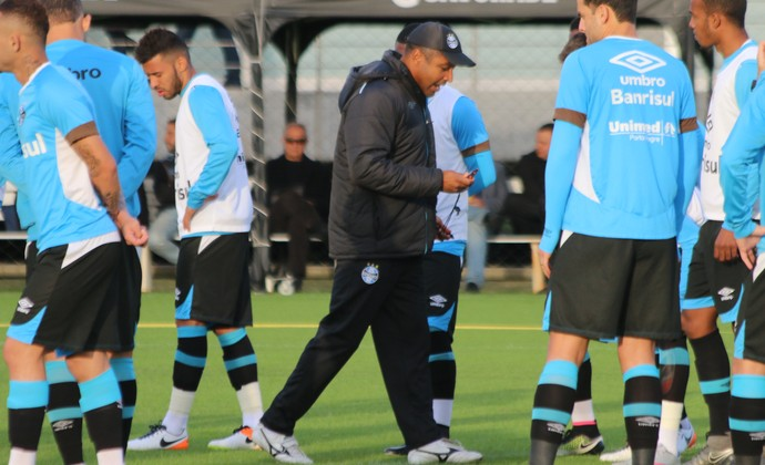 Roger comanda treino do Grêmio (Foto: Eduardo Deconto)