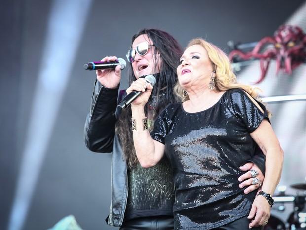 Thiago Bianchi e a mãe, Maria Odette, no palco com o Noturnall (Foto: Fábio Tito/G1)