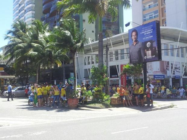 Manifestantes se reúnem em posto de combustíveis, em Vila Velha (Foto: Manoela Albuquerque/ G1)