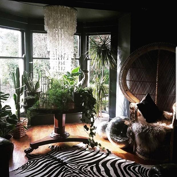 Décor do dia: sala de estar preta com muitas plantas (Foto: reprodução)