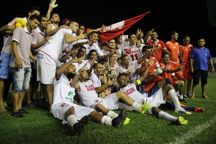 Jogadores do Rio Branco comemoram bicampeonato com troféu (Foto: João Paulo Maia)