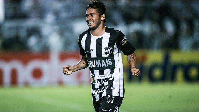 Assisinho foi o destaque da partida, marcando dois gols (Foto: Bruno Vieira/ Agência Diário)