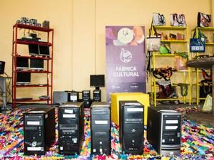 Jovens de Ong em Salvador reciclam computadores e vendem em brechó (Foto: Zaidan Fotografia/ Divulgação)