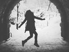 Bruna Marquezine faz dancinha animada na neve em vídeo