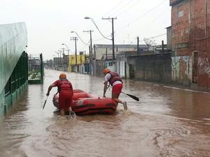 Avenida Lourenço Paganucci alagada em Ferraz (Foto: William Tanida/TV Diário)