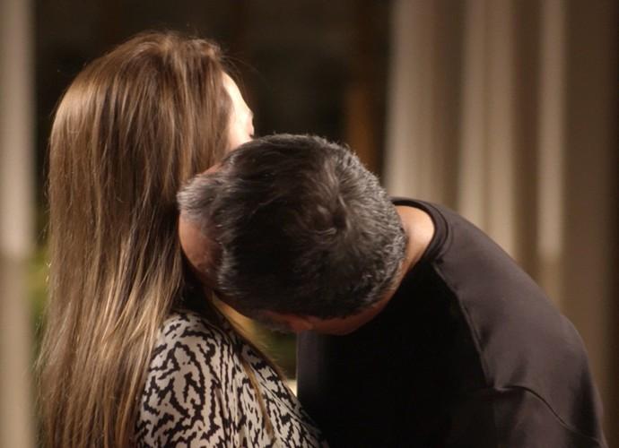 Lili fica irritada com Germano, mas acaba cedendo aos encantos do marido (Foto: TV Globo)