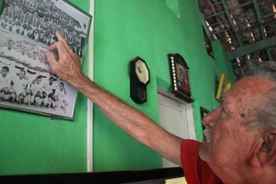 Parte das lembranças que Sinésio guarda do futebol estão na parede de casa  (Foto: Emerson Rocha)