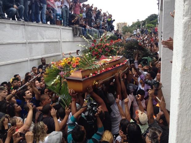 Corpo de DG é enterrado com cerca de 400 pessoas presentes (Foto: Káthia Mello / G1)
