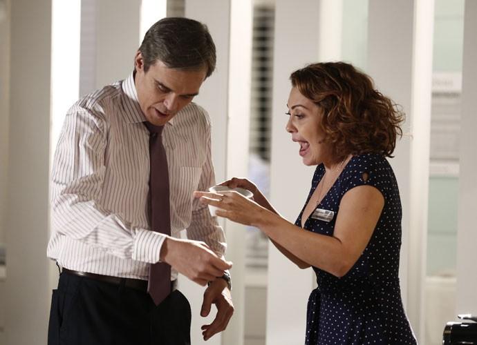 A doceira derrama café na camisa do médico (Foto: Inácio Moraes/Gshow)