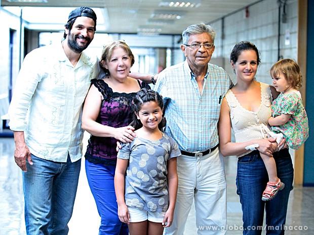 A família de Gil posa com Natalia Guedes, sua filha na ficção (Foto: Pedro Curi / TV Globo)