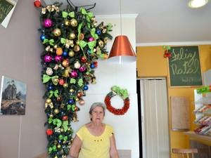 Marlene Joanni, de 75 anos, a árvore provoca um impacto nos clientes (Foto: Fernanda Zanetti/G1)