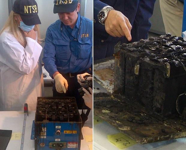Técnicos avaliam os danos sofridos pelas baterias do Boeing 787 (Foto: Japan Transport Safety Board/AP)