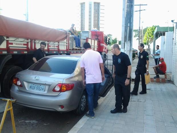 Agentes da PF cumprem mandados em Maceió (Foto: Warner Oliveira/Rádio Gazetaweb)