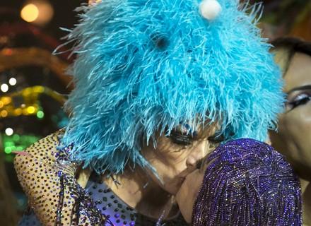 Rodrigo Hilbert vira drag queen e ganha beijão de Fernanda Lima