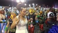 Integrante da Vai-Vai se benze e se emociona antes do desfile