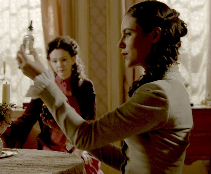 Melissa troca o remédio de Vitória para incriminar Lívia (Foto: TV Globo)