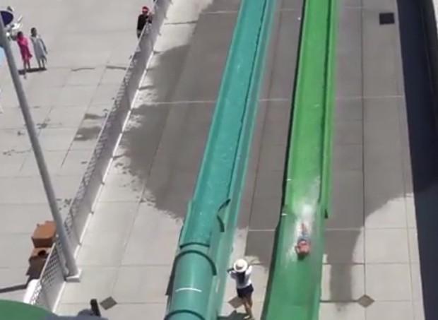Menino é jogado para fora de toboágua (Foto: Reprodução/Youtube)