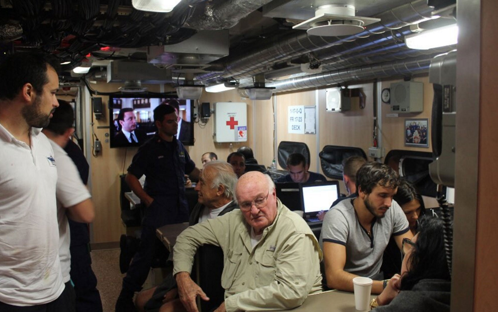 Imagem divulgada pela Guarda Costeira americana mostra algumas das pessoas resgatadas do iate Serena III (Foto: Reprodução/Twitter/USCGSoutheast)
