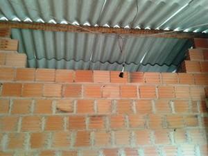 Irmão de Damião pulou parede para chegar até o quarto (Foto: Michelly Oda / G1)