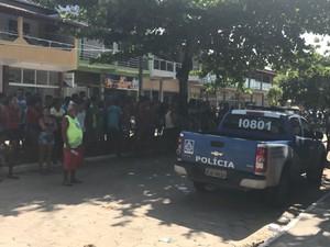Grupo cerca delegacia durante apresentação de suspeito em Nova Viçosa (Foto: Arquivo pessoal)