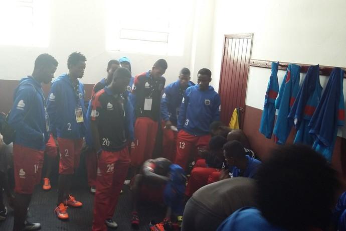 Jogadores do Pérolas Negras no vestiário, antes da partida (Foto: Pedro Venancio)
