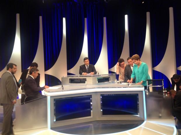 Os candidatos à Presidência pelo PSDB, Aécio Neves (esq.), e PT, Dilma Rousseff (dir.), com assessores, durante intervalo no debate (Foto: Roney Domingos / G1)