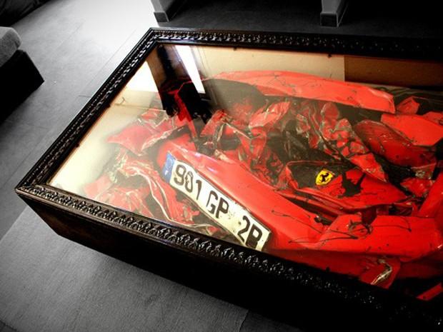 Destroços de Ferrari compõem mesa de centro (Foto: Divulgação)