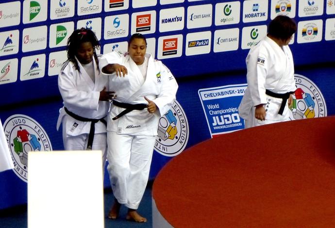 Maria Suelen recebe ajuda pódio Mundial de judô (Foto: Raphael Andriolo)