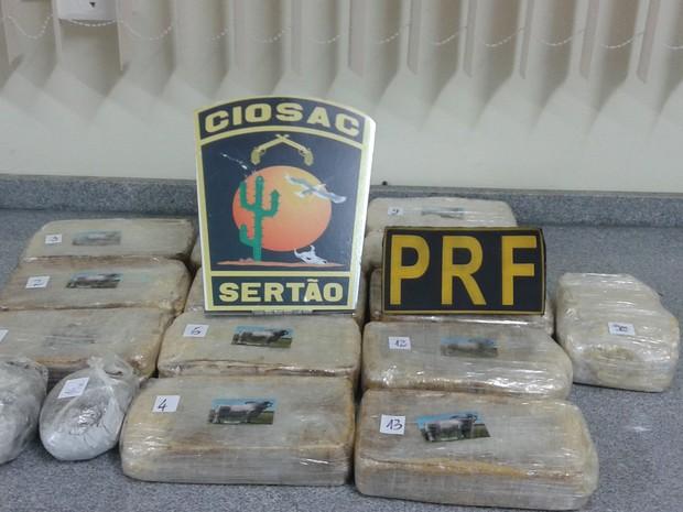 Droga estava escondida atrás da lanterna do carro (Foto: Divulgação/Polícia Rodoviária Federal)