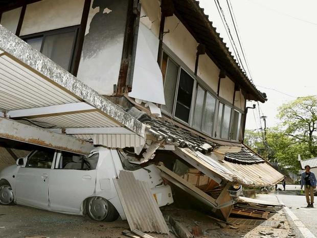 Casa ruiu e esmagou carro na cidade Mashiki (Foto: Kyodo / via Reuters)
