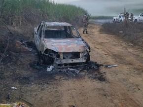 Veículo foi queimado pelos bandidos (Foto: PMPE/Reprodução WhatsApp)
