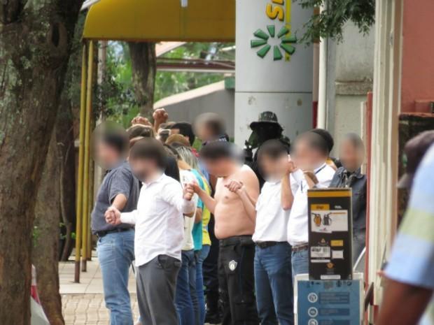 Reféns foram usados como escudo durante a saída dos ladrões da agência bancária (Foto: Junior Dias/Borrazópolis Notícias)