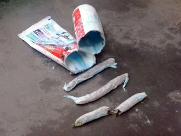 Trouxinhas de maconha estavam escondidas dentro do tubo de pasta de dente (Foto: Osvaldo Júnior Rossato)