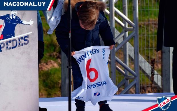 Filho de Luis Suárez ganha camisa personalizada do Nacional