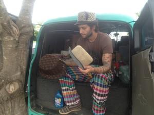 Artesão vende chapéus para garantir a renda e continuar viagem pelo Brasil (Foto: Monique Almeida/G1)