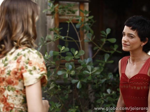 Depois que Gaia vai embora, Hilda não segura o choro (Foto: Inácio Moraes/TV Globo)