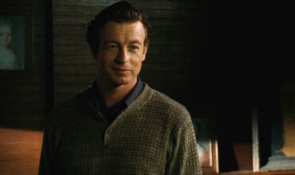 Ator Simon Baker interpreta o suspeito inquilino Malcolm (Foto: Divulgação / Reprodução)