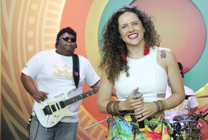 Márcia Novo canta hit conhecido na voz de Ivete Sangalo (Foto: Katiúscia Monteiro/ Rede Amazônica)