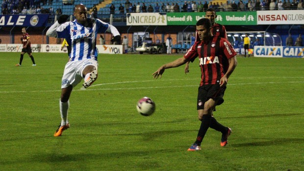 Nunes chuta para fazer o gol do Avaí (Foto: Frederico Tadeu, Avaí FC)