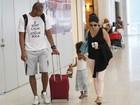 Samara Felippo viaja com o marido e a filha