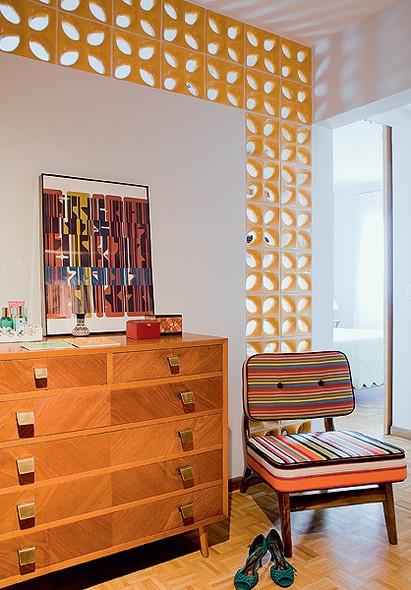Depois da reforma, o ambiente ganhou mais luz natural com os elementos vazados aplicados na parede divisória do quarto do casal. Projeto do SuperLimão