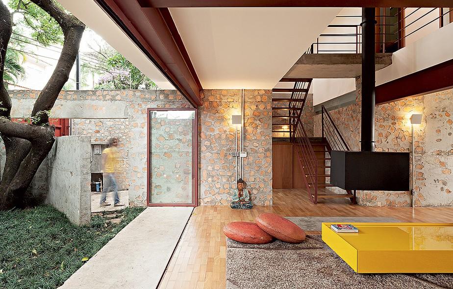 Na reforma do imóvel dos anos 1950, os profissionais da Apiacás Arquitetos, ao quebrar as paredes, se depararam com a enorme quantidade de tijolos originais, de excelente qualidade. Ao erguer novas, misturaram cacos dos tijolos ao concreto