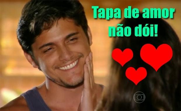 Juliano, todo apaixonado, nem liga pro tapa de Natália (Foto: Flor do Caribe / TV Globo)