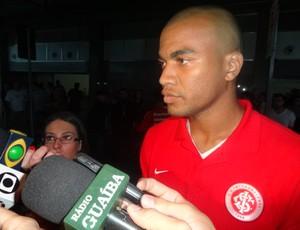 Rodrigo Moledo no desembarque do Inter (Foto: Tomás Hammes/Globoesporte.com)