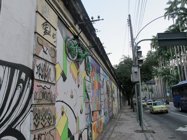 Motoristas e pedestres podem notar o objeto na Zona Sul  (Foto: Perla Rodrigues/G1)