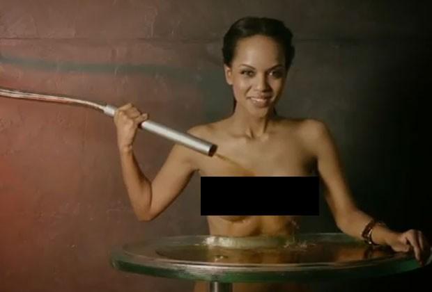 Garrafa é vendida com assinatura e fotos da mulher por R$ 363. (Foto: Reprodução)