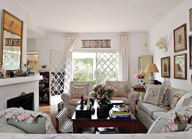 Atmosfera de romance ingl s casa e jardim cl ssico for Sofa estilo romantico