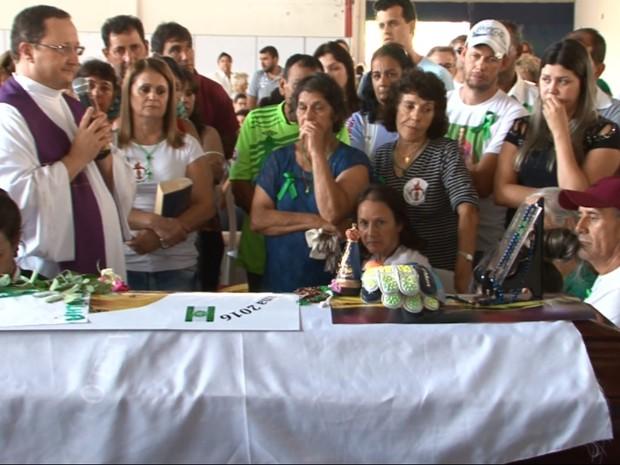 Dona Ilaídes se despede do filho durante velório em Cianorte (Foto: Reprodução/RPC)