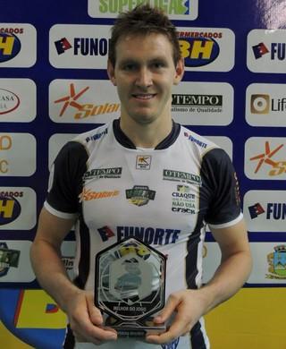 Cristian Poglajen (Polaco) recebe o troféu Viva Vôlei (Foto: Fredson Souza/MCV)